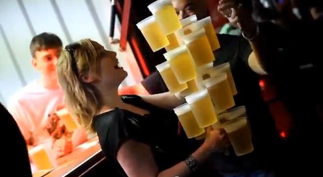 20杯を1人で持ち運んだ女性もいるそうです!