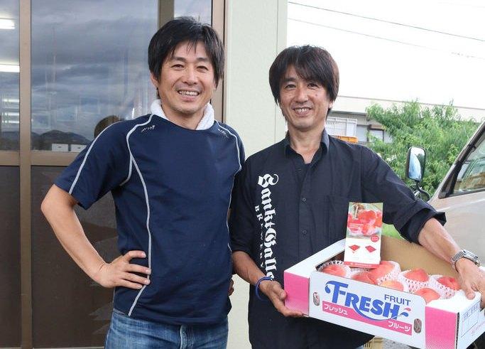 桃生産者 伊東さん(左)とサンクトガーレン岩本(右)