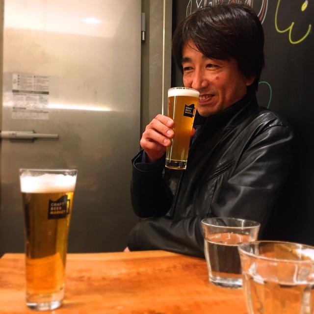 実際のグラスサイズのビール。飲む前に香りを楽しむ社長の岩本。