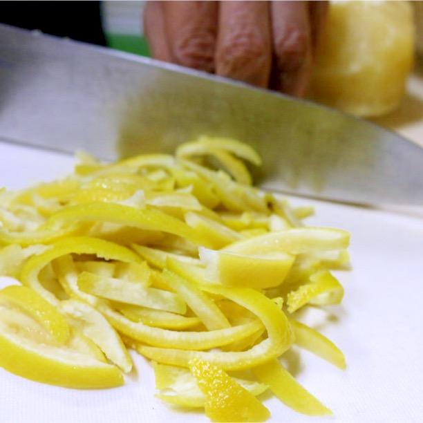 果実は非常に苦く生食には向かないため、ピールのみを刻んで使用しています。