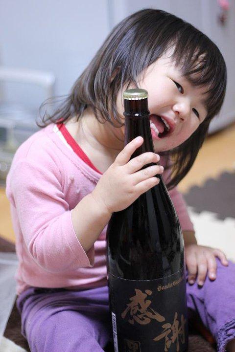 一升瓶ビールを持つ子供