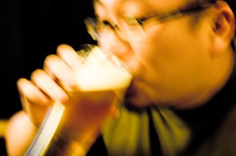 ごくごくビールを飲む男性