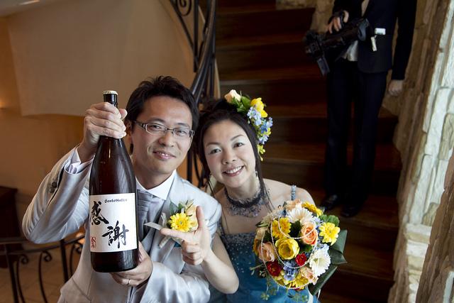 新郎新婦と一升瓶ビール