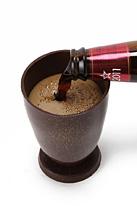チョコグラスにチョコビールを注いでいるところ