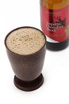チョコビールを注いだチョコレートグラス